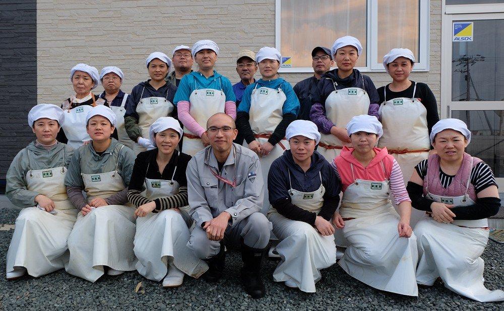 地元出身の熟練工場長をはじめ、外国人実習生を含む20名弱で加工・生産