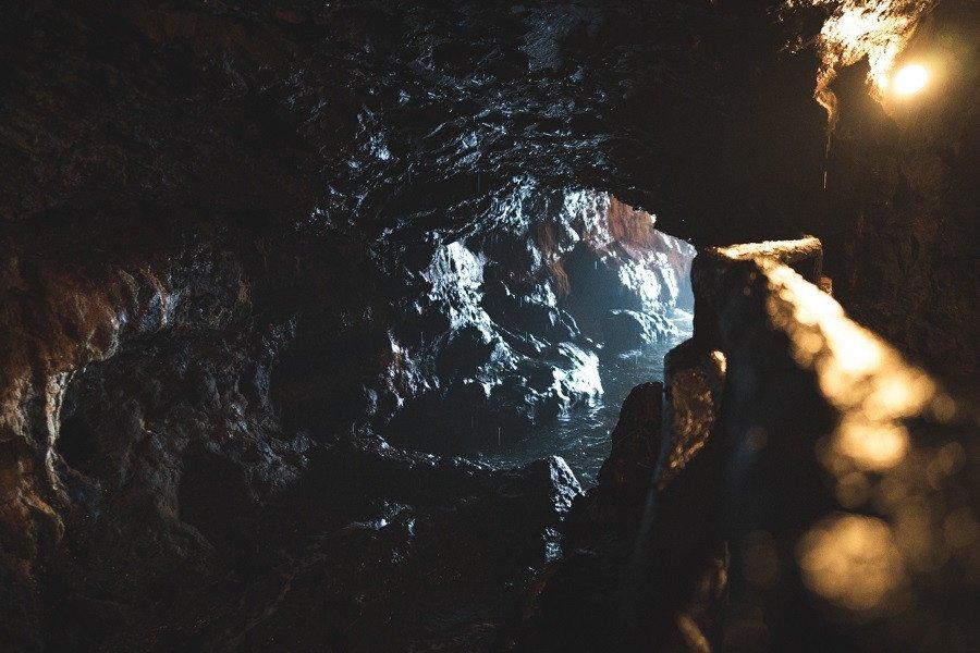 三段壁洞窟内