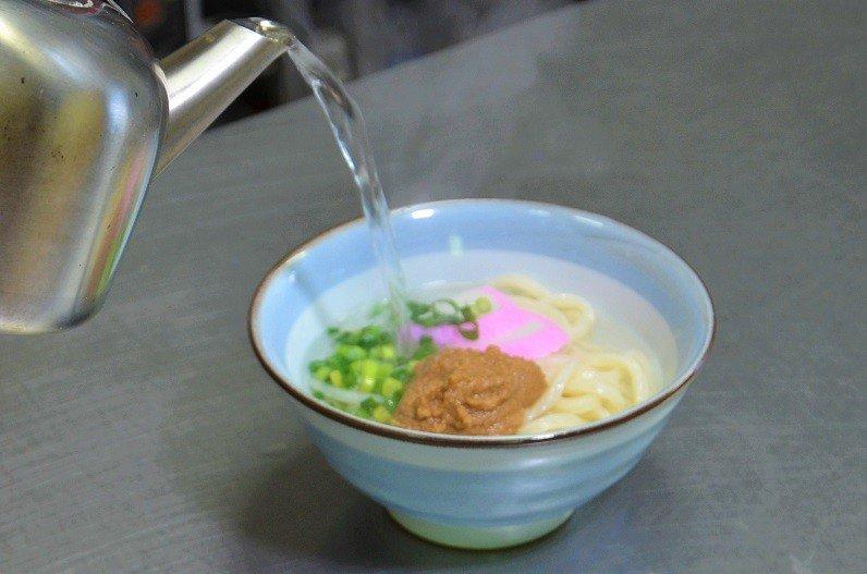 4.熱いお湯をかけて「ごまだしうどん」の出来上がりです。