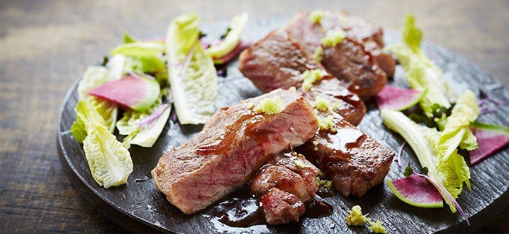 最高の霜降り肉ステーキは、旨み・風味も抜群の贅沢な一品です