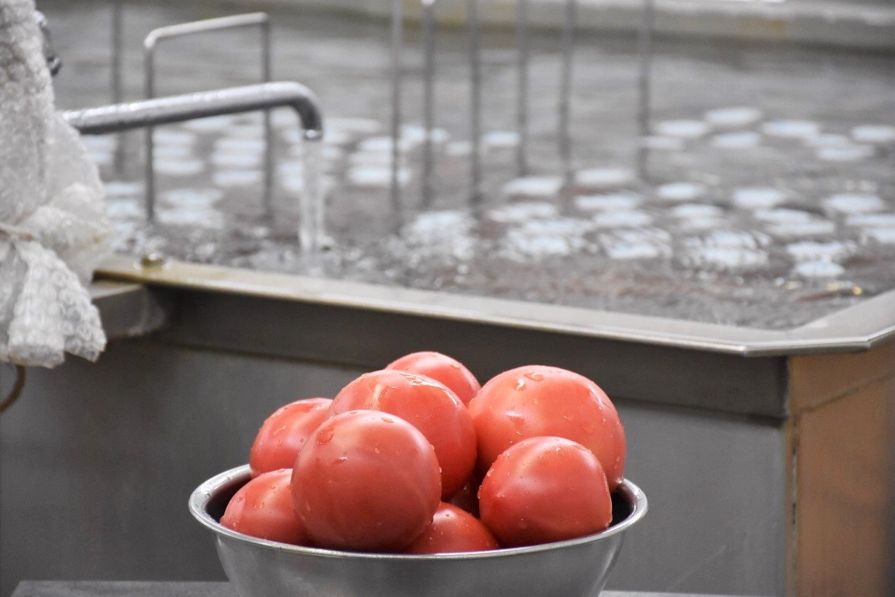 ケチャップ400gを作るのに、約1kgのトマトを使います