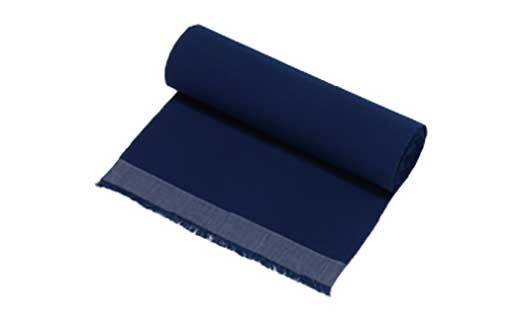綿栽培から糸紡ぎ、染め、織りまで一貫した手づくりの反物(藍の無地)