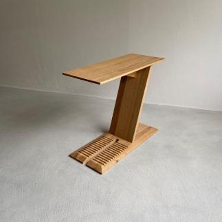 ナラ無垢材で造られたサイドテーブル(ブックスタンドとしても使用可)