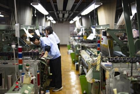 【受注生産】織物名人が織り上げるシルク100%のストライプネクタイ(ネイビー)
