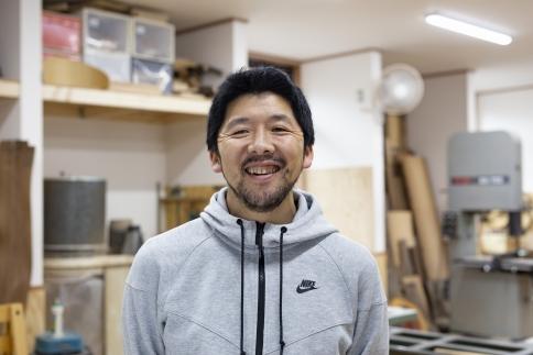 オブジェとしても美しい 東京・八王子産の杉を使った「三角スツール」