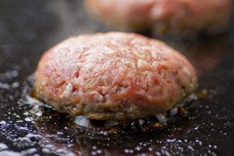 しっとり美味しい「みついし牛とホエー豚のハンバーグ」