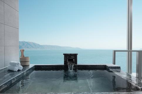 琵琶湖を一望できる温泉付ルームでくつろぐ1泊2食プラン