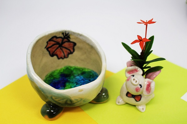 ☆沖縄豚伝説☆フール飛豚(とんとん)陶置物&花挿し(受皿:琉球ガラス入り)