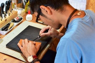 【ギフト用】【職人手縫いの本革製品】名刺入れ(ネイビー×レッド)