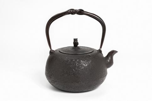 南部鉄器 鉄瓶 丸南部松(中)1.4L【佐藤勝芳作】