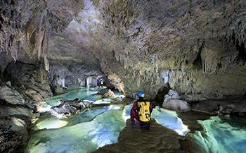 沖永良部島でしか体験できないケイビングツアー(洞窟探検)リムストーンコース