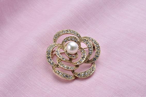 真珠品評会入賞常連のオーハタパールが作る海の宝石 アコヤ真珠ブローチ(バラ)