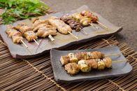鶏肉専門店の秘伝のタレとレモスコで食べる、「みはら神明鶏」の焼き鳥セット
