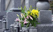 墓地の清掃作業、花立て
